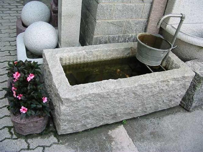 Fioriere vasche pietre per giardini schenatti srl - Vasche in pietra da giardino ...
